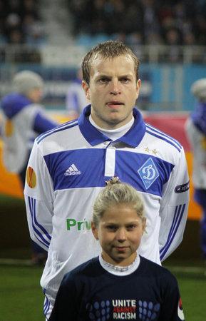 gusev: Kiev, Ucraina - 20 ottobre 2011: Oleh Gusev della Dynamo Kyiv e bambini non identificati si affaccia su durante il gioco UEFA Europa League contro il Besiktas il 20 ottobre 2011 a Kiev, Ucraina