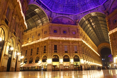 Galleria Vittorio Emanuele Shopping Center in 's nachts. Milaan, Italië