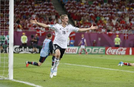 LVIV, 우크라이나 - 2012년 6월 17일 그는 리 보프, 우크라이나에서 2012년 6월 17일에 그들의 UEFA 유로 2012 경기에서 덴마크에 득점 후 독일 라스 벤더 반 에디토리얼
