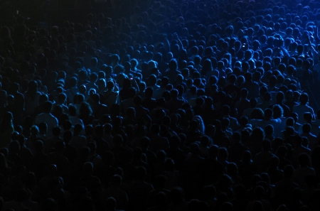 multitud: Animando multitud en el concierto de rock en una sala de conciertos Foto de archivo