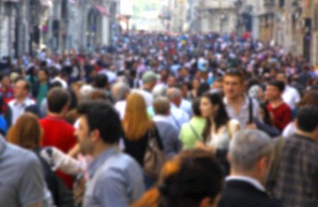이스탄불, 터키의 이스 티크 랄 거리에서 인식 할 수없는 사람들의 흐리게 군중