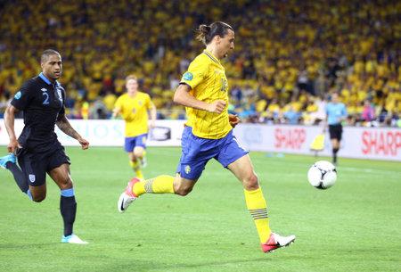 Striker: Kijów, Ukraina - 15 czerwca 2012: Napastnik Zlatan Ibrahimovic Szwecji (w żółty) kontrolę piłki podczas gry UEFA EURO 2012 z Anglią w dniu 15 czerwca 2012 w Kijowie, Ukraina