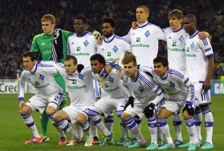 gusev: KYIV, Ucraina - 21 novembre 2012: FC Dynamo Kyiv squadra in posa per una foto di gruppo prima di UEFA Champions League contro l'FC Paris Saint-Germain il 21 novembre 2012 a Kiev, Ucraina