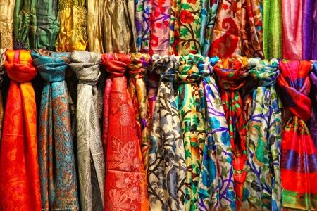 이스탄불, 터키 시장 마구간에 매달려 컬러 풀 한 실크 스카프의 행 스톡 콘텐츠