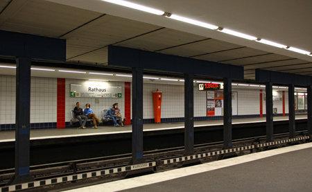 u bahn: Rathaus U-bahn (metro) station in Hamburg, Germany