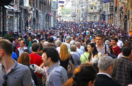 이스탄불, 터키 - 5 월 5 일 이스탄불에서 2010 년 5 월 5 일에 이스 티크 랄 거리에 산책하는 사람들은 2012 년, 터키 그것은 하나의 주말 하루에 약 300 만