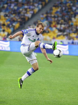 gusev: Kiev, Ucraina - 27 Aprile 2013: Oleg Gusev di FC Dynamo Kyiv controlla una palla durante la partita di campionato Ucraina contro l'FC Dnipro al NSC Olimpiyskiy stadio il 27 aprile 2013 a Kiev, Ucraina