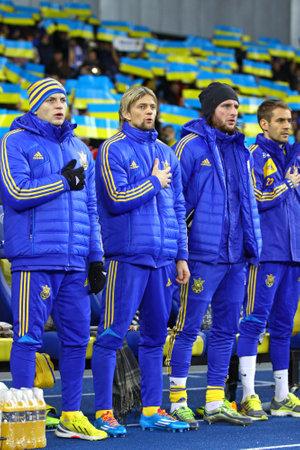 gusev: Kiev, Ucraina - 15 NOVEMBRE 2013 giocatori della squadra di calcio Ucraina Nazionali ascoltare gli inni nazionali prima della Coppa del Mondo FIFA 2014 partita di qualificazione contro la Francia il 15 novembre, 2013 a Kiev, Ucraina