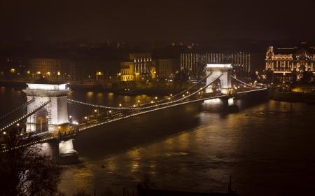 szechenyi: Ver al Puente de las Cadenas Szechenyi lanchid y el r�o Dunabe en la noche Budapest, Hungr�a