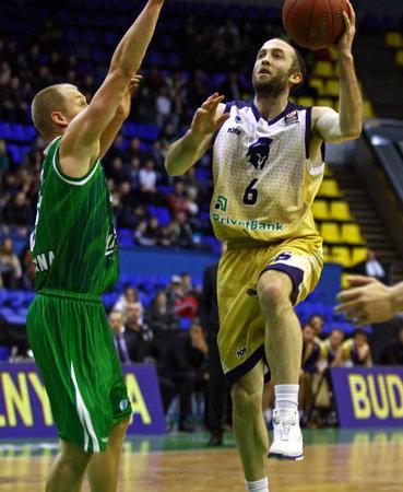 KIEV, UKRAINE - le 15 janvier 2014 Blake Ahearn de Budivelnik Kiev R contrôle un ballon de basket-ball pendant EuroCup match contre Union Olimpija Ljubljana Banque d'images - 25119792
