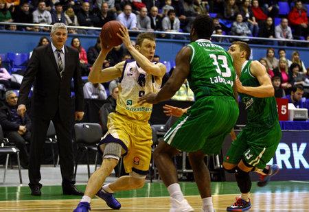 KIEV, UKRAINE - le 15 janvier 2014 Dainius Salenga de Budivelnik Kiev L se bat pour un ballon avec Alex Stephenson C et Deividas Gailius R de l'Union Olimpija Ljubljana lors de leur match de basket-ball EuroCup Banque d'images - 25119793