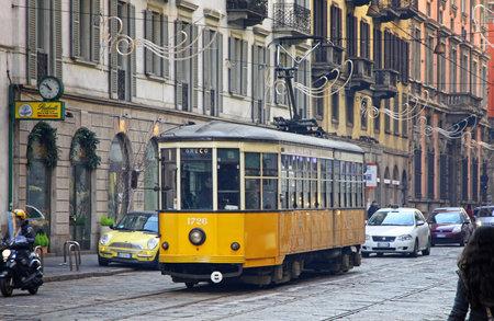 밀라노, 이탈리아 - 12 월 31 일 오래 된 전통적인 전차 ATM의 1881 이후 밀라노 트램 네트워크 작업의 거리에 클래스 1500, 그리고 이제 네트워크는 약 115 킬 에디토리얼