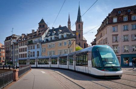 turismo ecologico: Moderno tranvía en las calles de la ciudad de Estrasburgo, Francia