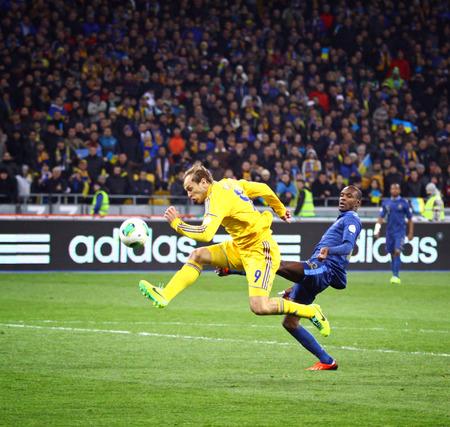 gusev: Kiev, Ucraina - 15 NOVEMBRE 2013 Oleg Gusev di Ucraina in lotte gialli per una palla con Eric Abidal della Francia durante la loro Coppa del Mondo FIFA 2014 game play-off allo stadio olimpico di NSC