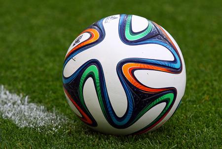 balon soccer: Kiev, Ucrania - 18 de mayo 2014 El primer oficial de la FIFA 2014 Copa del Mundo de pelota Brazuca en la hierba durante el Campeonato de Ucrania entre el FC Dynamo Kyiv y el FC Zorya Luhansk, en el estadio Olímpico de Kiev