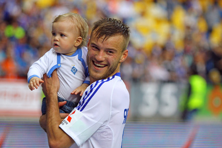 luhansk: KYIV, UKRAINE - MAY 18, 2014  Andriy Yarmolenko of Dynamo Kyiv poses for a photo with his son after Ukraine Championship game against FC Zorya Luhansk at Olympic stadium in Kyiv