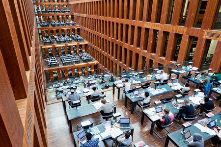 베를린, 독일 - 2014년 7월 1일 : 베를린 훔볼트 대학 도서관. 그것은 독일에서 가장 진보 된 과학 도서관 중 하나입니다 스톡 콘텐츠 - 31511764