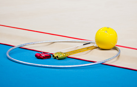 deportes olimpicos: Kiev, Ucrania - 30 de agosto de 2013: un aparato de reemplazo en el suelo durante el 32o Campeonato Mundial de Gimnasia Rítmica (Individual All-Around de la competencia)