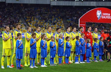 gusev: Kiev, Ucraina - 8 Settembre 2014: I giocatori della squadra di calcio nazionale di Ucraina cantare l'inno nazionale prima di UEFA EURO 2016 partita di qualificazione contro la Slovacchia