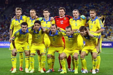gusev: Kiev, Ucraina - 8 Settembre 2014: I giocatori della squadra di calcio nazionale di Ucraina posare per una foto di gruppo prima di UEFA EURO 2016 partita di qualificazione contro la Slovacchia