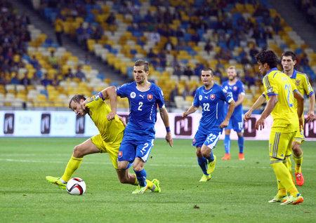 gusev: Kiev, Ucraina - 8 settembre 2014: Oleh Gusev dell'Ucraina (L) combatte per una palla con Peter Pekarik della Slovacchia durante il loro gioco EURO 2016 Qualificazioni UEFA