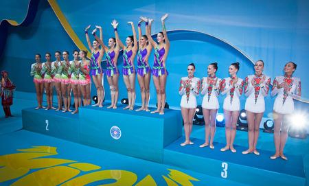 deportes olimpicos: Kiev, Ucrania - 01 de septiembre 2013: Equipo de Italia (L), España (C) y Ucrania (R), los medallistas de Apparatus Group competencia Final del Campeonato del Mundo de Gimnasia Rítmica 32 en Kiev