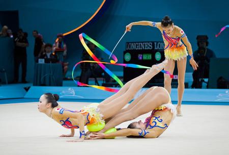 Kiev, Ucrania - 01 de septiembre 2013: Las personas de Japón se realiza durante la 32a Rítmica Campeonato Mundial de Gimnasia (Aparato competencia final del Grupo) en el Palacio de Deportes de Kiev