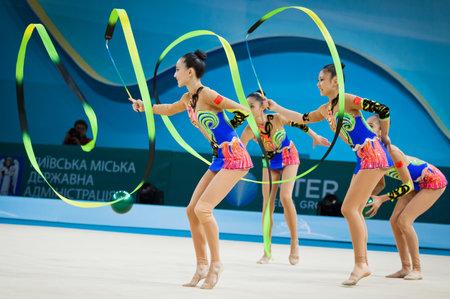 gimnasia: Kiev, Ucrania - 01 de septiembre 2013: El equipo de China se realiza durante el 32o Campeonato mundial de gimnasia rítmica (Aparato competencia final del Grupo) en el Palacio de Deportes de Kiev