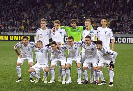 gusev: Kiev, Ucraina - 19 marzo, 2015: giocatori di FC Dynamo Kyiv in posa per una foto di gruppo prima della partita di UEFA Europa League contro l'FC Everton allo stadio Olimpico di Kiev