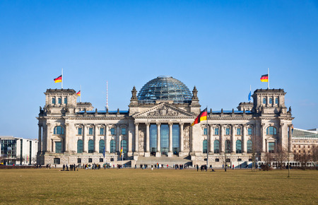 bandera de alemania: Vista de la fachada del edificio del Reichstag Bundestag en Berl�n Alemania