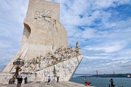 descubridor: LISBOA PORTUGAL DE JUNIO DE 10 2013: Monumento a los Descubrimientos, situados en el distrito de Belem de la ciudad de Lisboa, Portugal. Celebra el portugu�s que tomaron parte en la era de los descubrimientos Editorial