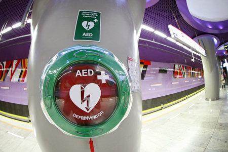 Warschau, Polen - 27 mei 2015: Automatische Externe Defibrillator bij het metrostation in Warschau. Alle nieuwe stations van de 2e lijn van Warschau Subway systeem werden uitgerust met levensreddende AED defibrillatoren