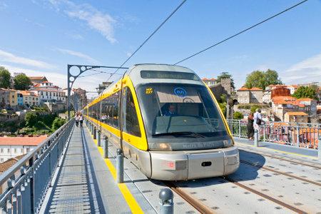 Porto, Portugal - 17. Juni 2013: Die Stadtbahn Zug der Metro do Porto, ein Teil der öffentlichen Verkehrsmittel der Stadt Porto. Erste Zeile des Systems wurde im Jahr 2002 eröffnet Editorial