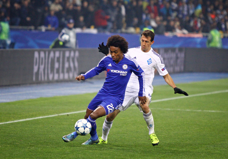 KYIV, UKRAINE - OCTOBER 20, 2015: Danilo Silva of Dynamo Kyiv R fights for a ball with Willian of Chelsea during their UEFA Champions League game at NSC Olimpiyskyi stadium in Kyiv 新聞圖片