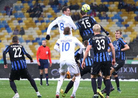 KYIV, DE OEKRAÏNE - NOVEMBER 29, 2015: FC-Dynamo Kyiv in Wit en FC Chornomorets Odesa-de spelers vechten voor een bal tijdens hun Oekraïens Eerste competitiegeld bij NSC Olimpiyskyi-stadion