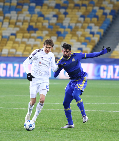maccabi: KYIV, UKRAINE - DECEMBER 9, 2015: Denys Garmash of Dynamo Kyiv L fights for a ball with Omri Ben Harush of Maccabi Tel-Aviv during their UEFA Champions League game at NSC Olimpiyskyi stadium