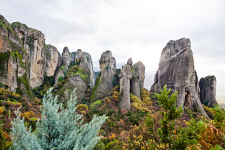 monasteri: Green valley and Greek monasteries surrounded by cliffs, Meteora, Greece