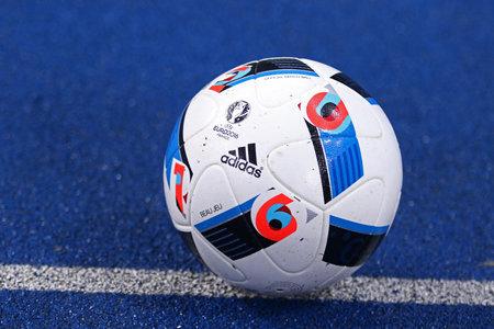 taza: Kiev, Ucrania - 1 de marzo de, 2016: Adidas Beau Jeu - bal�n oficial de la Euro-2016 en el suelo durante la Copa de Ucrania de cuartos de juego de ida FC Oleksandria vs FC Dinamo de Kiev en Kiev