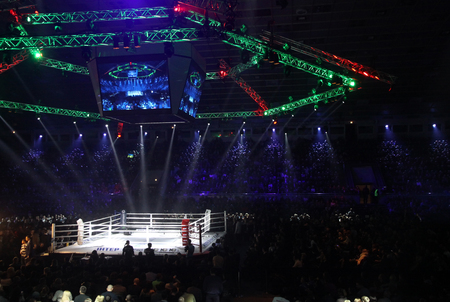 """Kiev, Ucrania - 13 de diciembre de 2014: Anillo de boxeo y tribunas del palacio de los deportes en Kiev durante la """"noche de boxeo"""""""