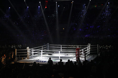 Kiev, Oekraïne - 13 december 2014: Boxing ring in Palace of Sports in Kiev tijdens de 'Avond van de Boxing ""
