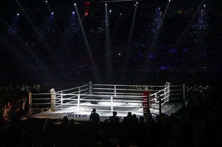 """Kiev, Ucrania - 13 de diciembre de 2014: Anillo de boxeo en el Palacio de Deportes en Kiev durante la """"noche de boxeo"""""""
