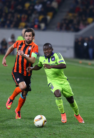 rsc: LVIV, UKRAINE - March 10, 2016: Darijo Srna of FC Shakhtar Donetsk (L) fights for a ball with Frank Acheampong of RSC Anderlecht during their UEFA Europa League Round of 16 game at Lviv Arena stadium