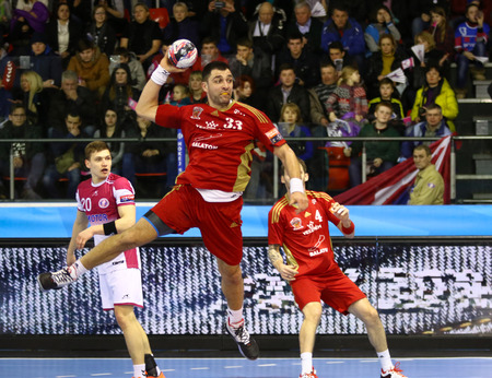 balonmano: Kiev, Ucrania - 19 de marzo, 2016: Renato Suli? de ataques MVM Veszprem durante el 201516 VELUX EHF Champions League pasado 16 de balonmano juego contra HC motor en hielo Terminal Brovary en Kiev, Ucrania