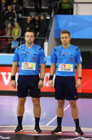 arbitros: Kiev, Ucrania - 19 de marzo, 2016: Los �rbitros Martin Gjeding (L) y Mads Hansen (ambos de Dinamarca) mira encendido durante la VELUX EHF Champions League 201516 pasado 16 de juego del balonmano HC Motor vs MVM Veszprem
