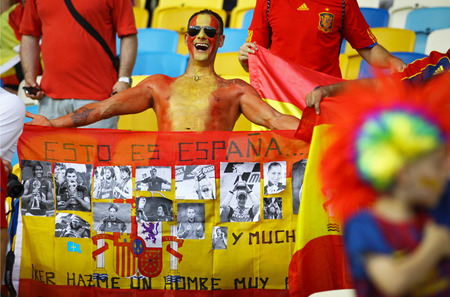 ultras: KYIV, UKRAINE - JULY 1, 2012: Spain national football team supporters show their support during UEFA EURO 2012 Championship final game at NSC Olympic stadium in Kyiv, Ukraine