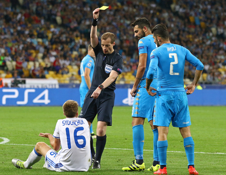 penalty flag: KYIV, UKRAINE - SEPTEMBER 13, 2016: Referee William Collum shows yellow card to Serhiy Sydorchuk of Dynamo Kyiv during UEFA Champions League game against SSC Napoli at NSC Olympic stadium in Kyiv