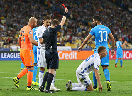 Kiev, Oekraïne - 13 september 2016: Scheidsrechter William Collum toont rode kaart aan Serhiy Sydortsjoek van Dynamo Kyiv tijdens de UEFA Champions League-wedstrijd tegen SSC Napoli in NSC Olympisch stadion in Kiev