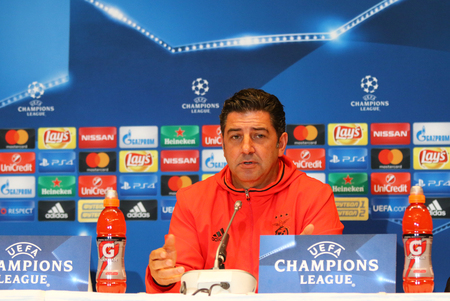 vitoria: KYIV, UKRAINE - OCTOBER 18, 2016: SL Benfica manager Rui Vitoria attends press-conference before the UEFA Champions League game against FC Dynamo Kyiv at NSC Olimpiyskyi stadium in Kyiv, Ukraine