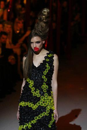 condones: Kiev, Ucrania - 7 DE FEBRERO, 2017 modelo presenta una creación hecha por los condones por el diseñador Oleksiy ZALEVSKIY durante la 40ª temporada de Otoño Semana de la Moda de Ucrania  Invierno 201718 en Mystetskyi Arsenal en Kiev Editorial