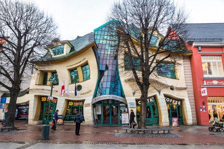 "SOPOT, 폴란드 - 2016 년 11 월 30 일 : Crooked 작은 집 (폴란드어 : ""Krzywy Domek"") Sopot, 폴란드에서 비정상적으로 모양의 건물입니다. 2004 년에 건축 된 Rez"